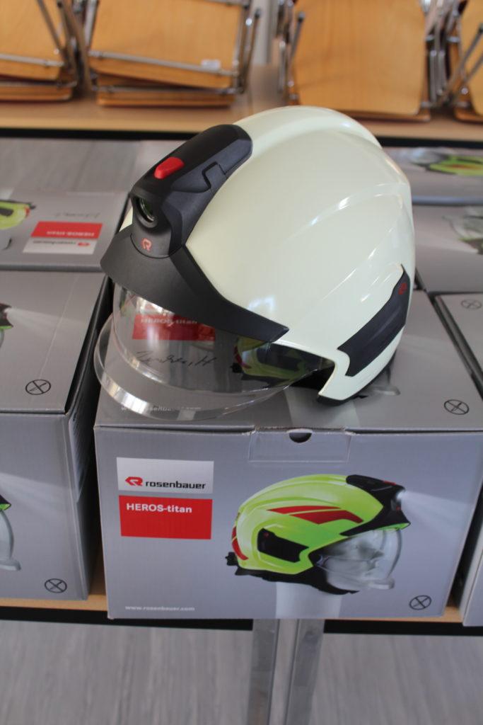 Helm mit Gesichtsschutz unten